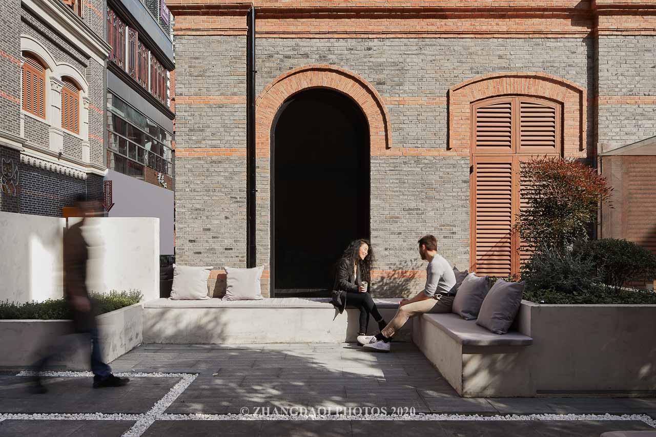 两位设计师坐在这里假装聊天